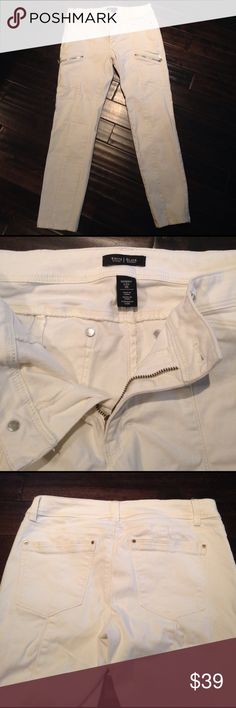 WHBM 5 pocket utility pant w zippers White House Black Market cream skinny leg size 8R pants. Front silver zipper detail. Excellent condition. Mid rise fit. Worn once, washed cold / dried on low heat. Smoke free home. White House Black Market Pants Skinny