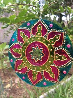 Resultado de imagen para how to make decorative mandalas with cd Cd Crafts, Bottle Crafts, Diy And Crafts, Glass Painting Designs, Paint Designs, Dot Painting, Ceramic Painting, Mandala Design, Mandala Art