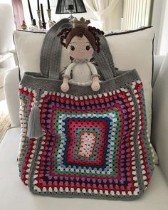 Most of the most popular bags do not meet a certain aesthetics this season. Crotchet Bags, Crochet Tote, Crochet Cross, Crochet Handbags, Crochet Purses, Love Crochet, Knitted Bags, Granny Square Bag, Granny Square Crochet Pattern