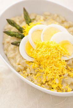 Risotto mimosa: un cremosissimo risotto agli asparagi decorato con del tuorlo d'uovo. Perfetto per festeggiare con le tue amiche.  [Risotto with asparagus and yolk]