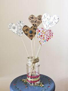 Voor moederdag gemaakt met cardboard, papier, stempels, washitape en knopen Mother's Day Bouquet, Do It Yourself Projects, Own Home, Diy Crafts, School, Heart, Kids, Classroom, Holidays
