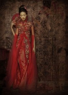 This is such a beautiful garment - really an Asian wedding dress. Gorgeous red colour and lines! Cheongsam, Hanfu, Ao Dai, Indonesian Wedding, Japanese Wedding, Indonesian Kebaya, Wedding Chinese, Asian Wedding Dress, Wedding Gowns