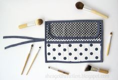 Fat Quarter Series: Makeup Brush Roll Tutorial Diy Sewing Projects, Sewing Hacks, Sewing Tutorials, Sewing Ideas, Makeup Brush Roll, Makeup Brush Holders, Bag Patterns To Sew, Quilt Patterns, Diy Makeup Bag