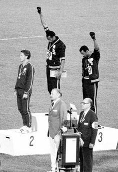 J.O. de Mexico 1968, Tommie Smith et John Carlos, vainqueur du 200 mètres, levèrent un poing ganté de noir, symbole du Black Power, pour protester contre la ségrégation raciale.