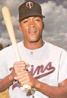 9- César Tovar, nació el 3 de julio de 1940 y murio el 14 de julio de 1994, fue el noveno jugador venezolano en llegar a jugar en las Grandes Ligas, debutando el 12 de abril de 1965 con el equipo de los Minnesota Twins, en la temporada de 1971 fue el líder de la Liga Americana en hits, con 204 bateados. 5 temporadas que van desde 1967 a 1971 fueron los grandes años de César Tovar en el béisbol de las Grandes Ligas, figurando todos estos años entre los 25 mejores jugadores de la Liga…