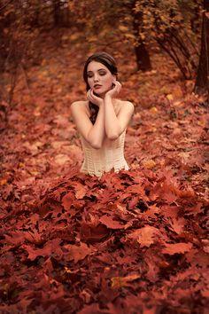 Outono entre as folhas.  #fotografia #fotografos #fotografiaedicas #cursodefotografia #dicasdefotografia #canon #maquinafotografica #fotos #fotosdepessoas