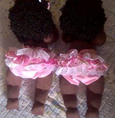 Boneca bebê com pernas e braços articulados,o cabelo, a cor da pele e o modelo da roupa podem ser personalizados, mediante consulta. Os detalhes serão combinados entre o cliente e a loja. Produto confeccionado artesanalmente, podendo portanto ocorrer pequenas variações. O preço é referente a cada...