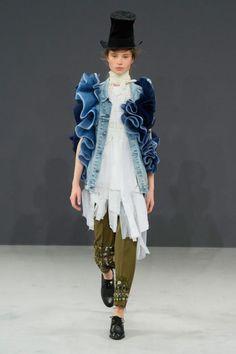 Viktor and Rolf Fall 2016 Haute Couture Runway - Dream in Lace Fashion Art, Fashion News, Fashion Show, Kids Fashion, Victor And Rolf, Viktor Rolf, Couture Week, Denim Outfit, Ao Dai