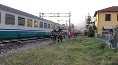Donna in stato confusionale cammina sui binari: intervengono i Vvf e treni rallentati