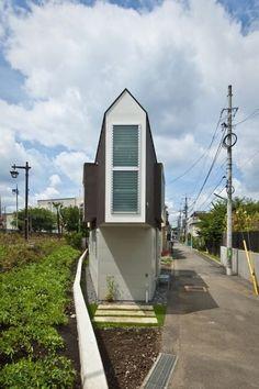 Lo spazio era davvero poco, e, soprattutto, distribuito in maniera molto particolare: 55 metri quadrati su due piani per tre persone, una coppia con una bambina. E gli architetti si sono dovuti impegnare per sfruttarlo al meglio. Questa casa sul fiume vicino a Tokio, da fuori, pare quasi una costruz