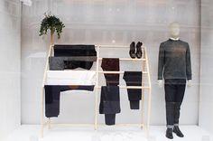 Minimalist window display, also has the wood/organic look that is repeated Visual Merchandising Displays, Visual Display, Display Design, Store Design, Interior Ikea, Retail Interior, Shop Window Displays, Store Displays, Display Windows