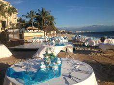 sencillo y elegante : montaje básico en blanco - playa hotel Bel Air  #bodas #puertovallarta