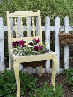 Une chaise comme bac à fleurs / DIY terrace plants Old Chairs, Vintage Chairs, Painted Chairs, Hand Painted Furniture, Chair Planter, Garden In The Woods, Garden Chairs, Porch Decorating, Pretty Flowers