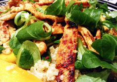 Ensalada de quinoa, mango, pollo y canónigos