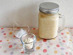 """""""もう一度"""" 基本の「塩麹」の作り方 「塩麹を使うと料理が美味しくなるらしい」「塩麹は身体にいいらしい」――そう言われるようになって数年経つ。スーパーマーケットなどで市販の塩麹も手軽に購入できるようになったこともあり、毎日の食生活に塩麹を取り入れる人が増えたともいえる。 たしかに、塩麹はいつもの料理を確実に美味しくする調味料だ。たとえば、肉や魚を漬け込むだけで、タンパク質が旨味を増し、中までしっとりと深い味わいになる。"""