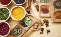 Assim como o sal e a pimenta formam a base dos temperos, as ervas e especiarias trazem personalidade ao prato de acordo com sua textura, aroma ou sabor.