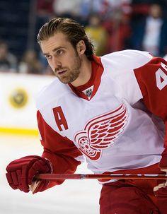 La saison: L'hiver Le style: l'hockey La couleur: rouge et blanc Le tissu: le coton Le materiel des accessoires: bois (baton de hockey) Le prix/le magasin: les vetements n'ai pas dans les magasins