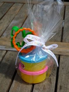 Easy to make Play-Doh party favors. Get those creative juices flowing in time for the school year with Play-Doh and cookie cutters for party guests. Rainbow Party Favors, Rainbow Birthday Party, Kid Party Favors, 4th Birthday Parties, Cake Rainbow, Birthday Ideas, Frozen Birthday, School Birthday Favors, Class Birthday Treats