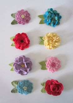 inspiration--josh laura and brynlee: Felt Hair Clips Felt Flowers, Diy Flowers, Fabric Flowers, Paper Flowers, Felt Hair Clips, Bow Hair Clips, Felt Diy, Felt Crafts, Felt Hair Accessories