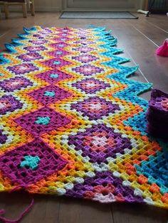 Crochet Granny Square Patterns Good photo tutorial for granny square / granny stripe blanket Crochet Quilt, Crochet Home, Crochet Motif, Crochet Designs, Crochet Crafts, Crochet Yarn, Crochet Projects, Crochet Blankets, Granny Square Crochet Pattern