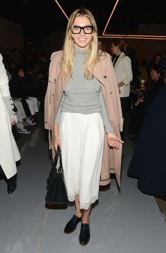 jessica hart-glasses-winter white-culottes-grey turtleneck-trench coat-alce up loafers-geek chic-nyfw getty Jessica Hart, Street Style 2016, Casual Street Style, White Culottes, How To Wear Culottes, How To Clean Suede, Grey Turtleneck, New York, Old Models
