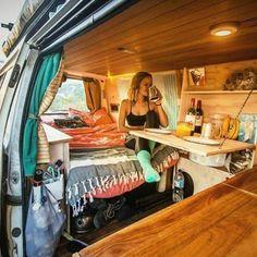 vivre en mobil home toute l année, mener une vie simple et heureuse Diy Van Camper, Vw Camper Vans, Vw Vans, Camper Van Kitchen, Camper Life, Homemade Camper Van, Rv Campers, Kombi Camper, Teardrop Campers