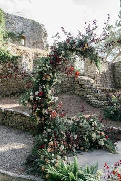 La Rosa Canina Firenze constructed the dreamy structure using snowberry hydrangeas, panicum, roses, brown lisianthus, carnations, brown plum tree, wallflowers, wax flowers, olive