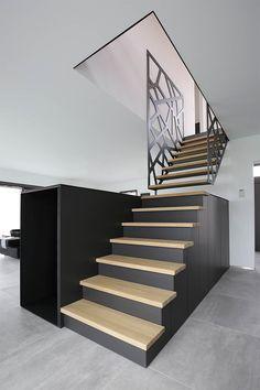 Design scala in legno, stile moderno, realizzata in due pezzi - la parte bassa che si prolunga con un armadio e la parte superiore che si aggancia alla ringhiera del piano superiore