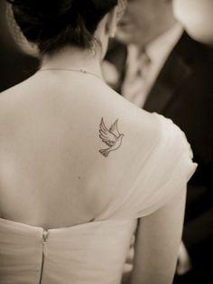 Tauben Tattoo Rücken schwarz sexy