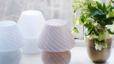 De små lampene er også Murano-lamper som Helene har funnet på Finn.no. Vasen Pyram, fra House Doctor, kr 199. Foto: Birgit Fauske