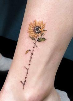 Feiern Sie die Schönheit der Natur mit diesen inspirierenden Sonnenblumen-Tattoos, Celebrate the beauty of nature with these inspiring sunflower tattoos, … Wörter Tattoos, Female Tattoos, Wrist Tattoos, Word Tattoos, Body Art Tattoos, Tatoos, Tattoo Drawings, Floral Tattoos, Tattoo Sketches