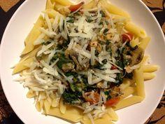 Penne rigate i flødesovs med laks, spinat, champignoner, hvidløg, chili og parmigiano