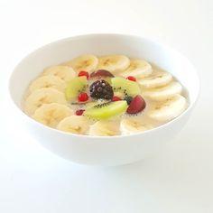 E agora é a vez do meu pequeno-almoço  Papas de aveia com banana kiwi e frutos vermelhos. Um pequeno-almoço saciante nutritivo e delicioso  Boa sexta!
