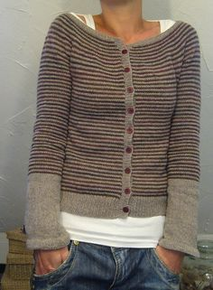 lilalu's chipmunk was worth the effort working with fine yarn and needles…think I´m gonna wear it a lot worked topdown Sweater Coats, Knit Cardigan, Cardigan Sweaters, Women's Cardigans, Comfy Sweater, Cardigan Pattern, Looks Vintage, Striped Knit, Striped Cardigan