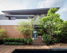 Fachada - Tilojo Aparente - Deck de Madeira - Casa Moderna em Bangkok na Tailandia - Two Houses - Alkhemist Architects - Fotos Peerapat Wimolrungkarat, Ketsiree Wongwan