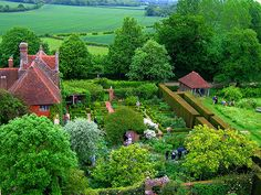 Sissinghurst Castle Garden in Kent / photo: JR P - The garden at Sissinghurst Castle in the Weald of Kent, in England at Sissinghurst village, is owned and maintained by the National Trust. It is among the most famous gardens in England.