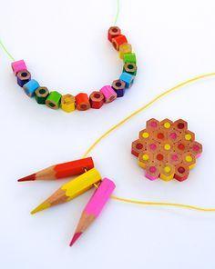 Faire un collier avec des crayons de couleurs pour la fête des mamans
