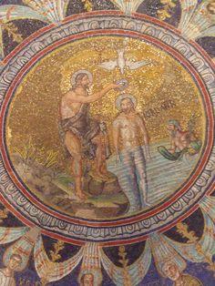 ***Bautismo de Cristo, S.V. Rávena, Mosaico de la cúpula del Bapisterio de los Ortodoxos. El tema del bautismo combina la icono de la purificación del cuerpo en las aguas y el descenso del Espíritu Santo en forma de paloma sobre su cabeza (Tú eres mi hijo amado, en ti me complazco). Purificación como evocación del bautismo que puede presentar 2 variantes: inmersión o infusión. Desde Paleocrist. se presenta a Cristo desnudo inmerso en el Jordán presonificado como dios fluvial.