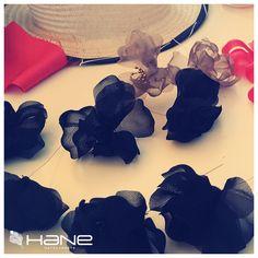 Trabajando en un #sombrero y su decoración con #flores. Todo hecho a mano.