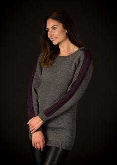 Skøn og lun sweater med flot stribe på ærmerne. Sweateren strikkes i Mayflower Easy Care Classic, som består af 100% uld.