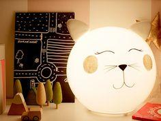 Matériel : – FADO, Lampe de table, Blanc (800.963.72) – Pate FIMO – Peinture rose – Stylo Posca noir – Paillettes argent – Super glue Description : Voici comment fabriquer la lampe chat Kitty. Ce n'est pas difficile, mais voici une astuce, si vous rattez votre coup de crayon, mettez simplement un peu de produit à vitre sur un chiffon, et effacez le Posca. Puis recommencez ! J'ai fait le mien après environ 11 essais ! ~Sirlig