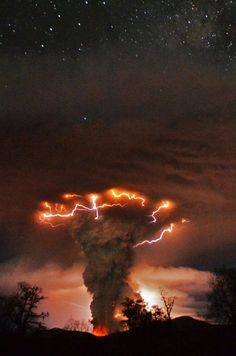 Amazing nature photos - Volcano erupts in Chile Natural Phenomena, Natural Disasters, Blitz Foto, Cool Pictures, Cool Photos, Amazing Nature Pictures, Beautiful Nature Photos, Best Nature Photos, Amazing Photos