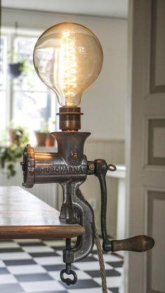 Handgemaakte lamp gemaakt van een oude gehaktmolen. Zweedse vintage vleesmolen van Husqvarna waarschijnlijk uit de jaren 1920. E27 aansluiting voor gloeilamp. Hennep koord, Zweeds/Europese stekker. Gloeilamp niet opgenomen. € 128,-