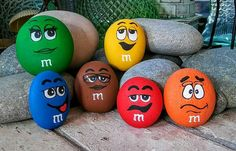 Paint large rocks/stones for quick & easy visibility in your yard. Paint large rocks/stones for quic Painted Rock Animals, Painted Rocks Craft, Hand Painted Rocks, Painted Stones, Rock Painting Patterns, Rock Painting Ideas Easy, Rock Painting Designs, Pebble Painting, Pebble Art