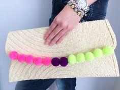 Estrenando nueva colección de clutch!!! Elaborados completamente a mano, en combinación con divinos pompones   #newcollection #clutch #strawbag #handmade #musthave #loveit #pompom #colors #cute #unique #trendy #complemento #telub #tltelub Straw Tote, Bling, Bags, Fashion, Outfits, Mexican Embroidery, Pom Poms, Tejidos, Handbags