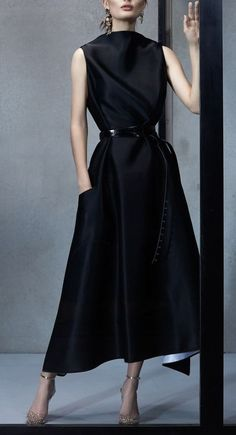 Something classic about this black wide-belted dress that I love . Maticevski Spring 2019 Ready-to-Wear Fashion Show Collection: See the complete Maticevski Spring 2019 Ready-to-Wear collection. Look 28 Fashion Mode, Look Fashion, Fashion Show, Womens Fashion, Fashion Design, Cheap Fashion, Fashion Boots, Fashion Fashion, Moda Paris