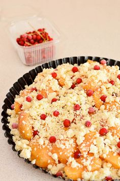 Tartă crumble cu caise și coacăze roșii - Bucate Aromate Macaroni And Cheese, Deserts, Pie, Ethnic Recipes, Food, Torte, Mac And Cheese, Cake, Fruit Cakes