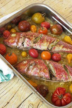 Cinco Quartos de Laranja: Salmonetes no forno com cebolada e tomate assado
