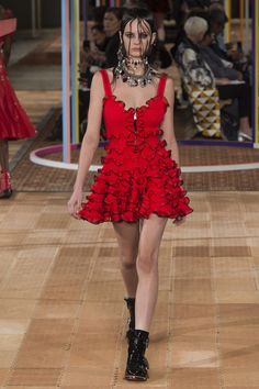 Alexander McQueen Spring 2018 Ready-to-Wear  Fashion Show - Lea Holzfuss