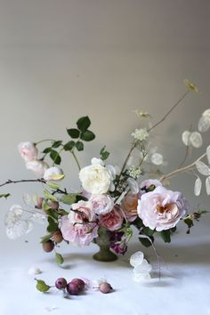 Garden roses and mini apples. By Madison Hartley @hart_floral
